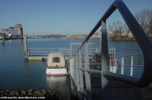 Embarcadero y watertaxi en  Villa Augustus. Dordrecht (Países Bajos)