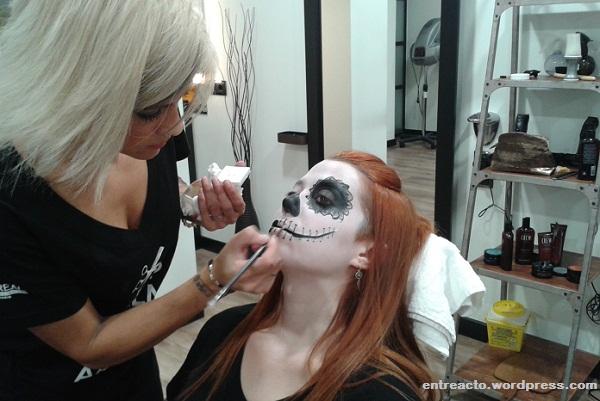 Monica Goncalves impartiendo el taller de automaquillaje de Halloween en Niuno Estética.